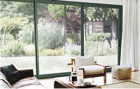 En France, optez pour une baie vitrée coulissante pour profiter d'une plus grande luminosité